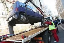 Odtahování špatně zaparkovaných automobilů v Ústí nad Labem. Ilustrační foto.