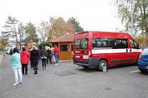Hasiči ve středu prováděli odběry pro testy v Domově pro seniory vOrlické ulici vÚstí nad Labem. Na snímku je ranní odebírání personálu domova