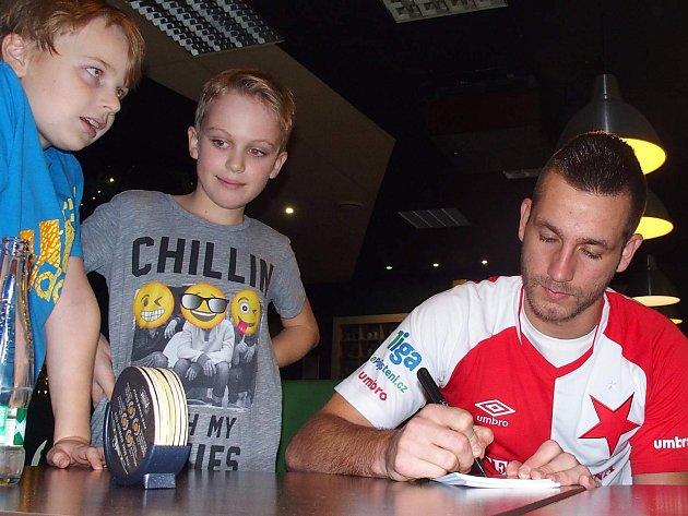 Slávista Michael Lüftner navštívil dokopnou mladých fotbalistů Chabařovic.