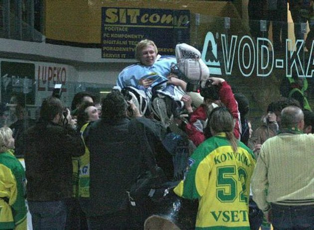 Vsetínští fanoušci bezprostředně po utkání velebili Sasu Hoviho, který udržel Vsetín vextralize. Vcelé baráži (6zápasů) inkasoval pouhých 9branek.