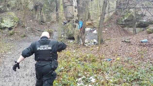 Strážník Městské policie Ústí nad Labem při kontrole brlohu bezdomovců.