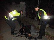 Silně opilou ženu našli strážníci ležet na vozovce.