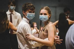 Mladí tanečníci v teplických kurzech. Úsměv je tentokrát patrný i pod rouškou.