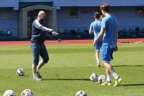 První trénink fotbalistů Army v Ústí nad Labem od vypuknutí koronaviru. Hráči museli dodržovat odstupy, jakýkoliv fyzický kontakt byl zakázán.