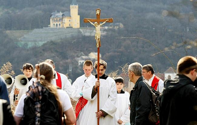 Pouti na Velký pátek se zúčastnilo na 150 lidí. Nechyběl ani primátor města Ústí Jan Kubata.