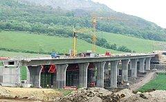 Dostavba dálnice D8 se dál komplikuje.