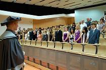 Starší absolventi (13 – 19 let) ústecké Teen age univerzity včera promovali v aule Pedagogické fakulty.