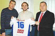 Bosenský záložník Mario Lamešič podepsal v pátek za doprovodu manažera FK Ústí Stanislava Pelce (vlevo) a svého manažera Jelenka Lazareviče (vpravo) smlouvu na půl roku.