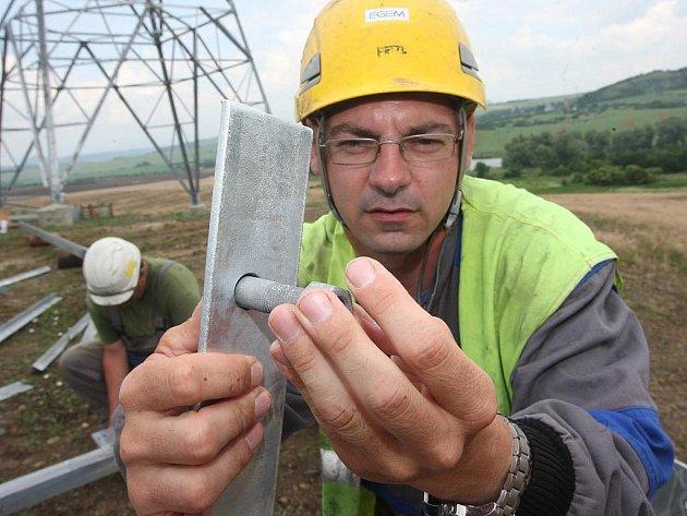 S partou montérů jsem jeden den šrouboval stožár vysokého napětí v Bedřichově Světci na Mostecku.