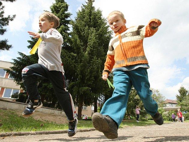 Děti podpořily školku běháním koleček. Budou tak mít nový altánek.