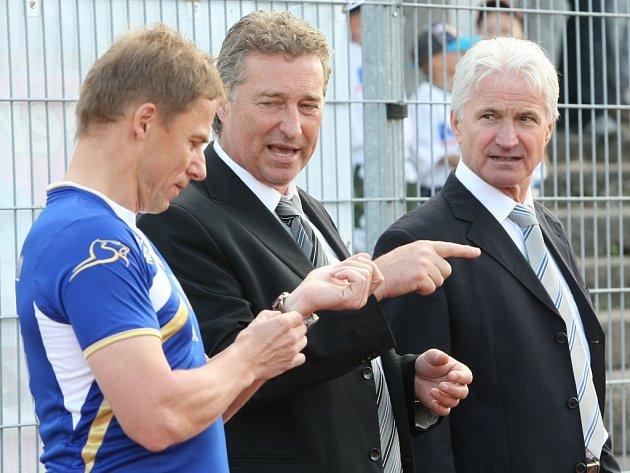 Ředitel oddělení profesionálního fotbalu FAČR Ivo Lubas (vpravo) s manažerem Army Stanislavem Pelcem.