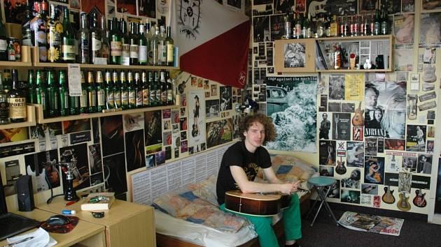 Vyzdobený studentský pokoj. Sbírku lahví od alkoholu vysvětluje Tomáš Cibor oblíbenosti jeho pokoje mezi spolužáky.