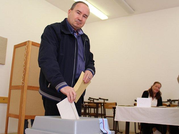 Předseda Dělnické strany sociální spravedlnosti Tomáš Vandas odvolil ve volební místnosti ve Střední ekonomické škole vPařížské ulici vÚstí nad Labem.