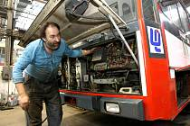 Mechanik Miroslav Lhotský má plné ruce práce aby udržel vozový park trolejbusů v provozuschopném stavu.