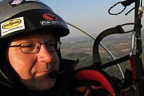 Miroslav Oros je ve vzduchu už šestadvacátý den. Za sebou má víc než dva a půl tisíce kilometrů.