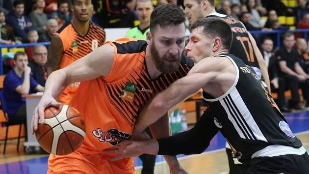 Basketbalisté Ústí (v oranžovém) na archivním snímku