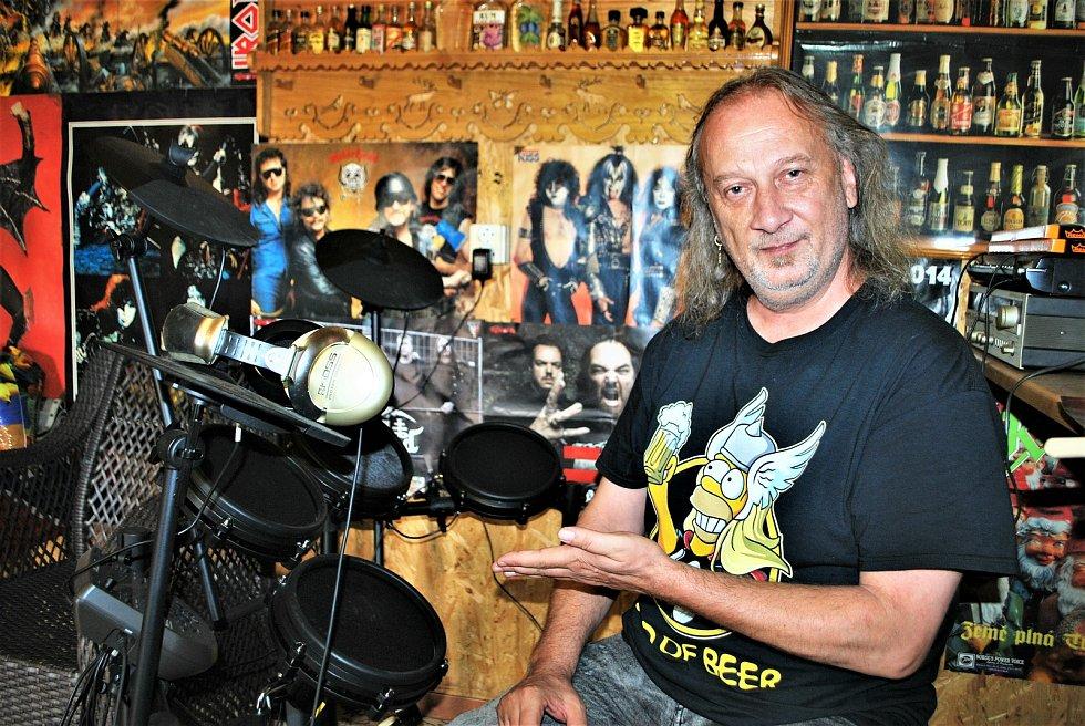 Bubeník kapely Kabát Radek Hurčík zvaný Hurvajs ve zkušebně ve svém domě v Dubí na Teplicku. Doma má jen elektronické bicí.