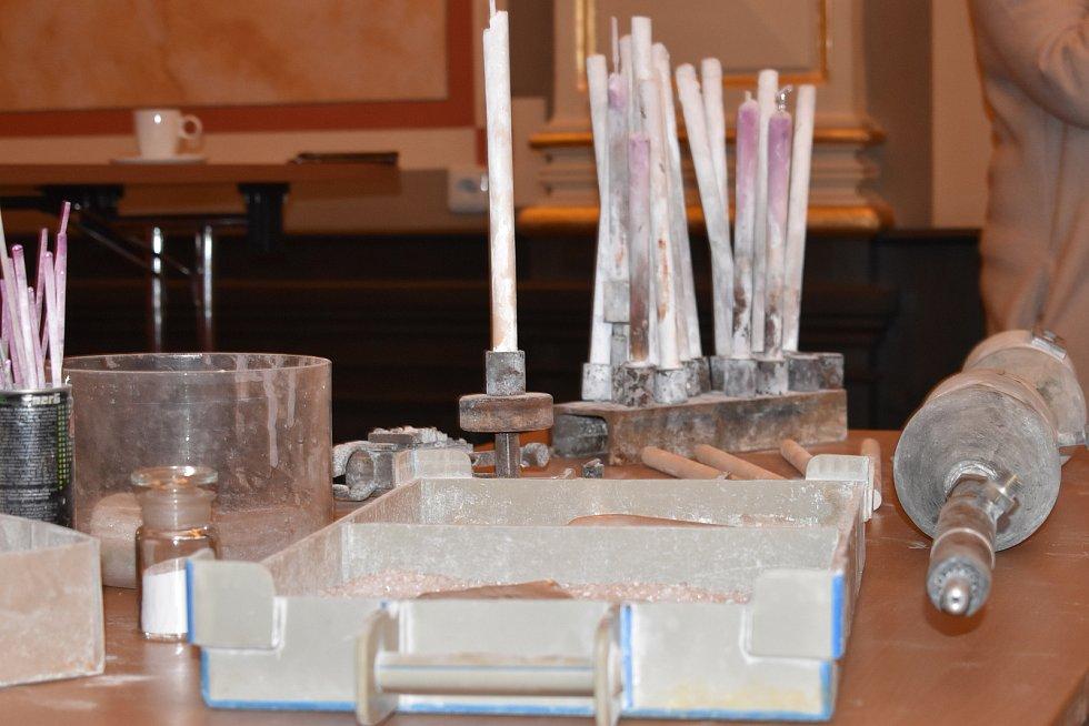 V ústeckém muzeu připomněli v pondělí k 60letému výročí Gagarinova letu do vesmíru, že korund, jímž měl pokrytou raketu, vyráběli ve zdejší chemičce. Do muzea teď připadly prvky z výroby.