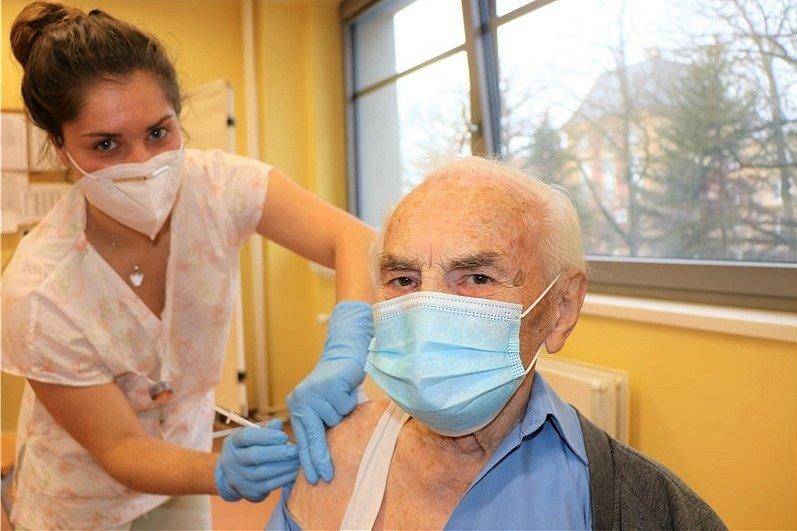 Očkovat proti nemoci covid-19 se nechal i stoletý Ústečan Alois Randus. Vakcínu mu aplikovala zdravotní sestra Eva Křížová