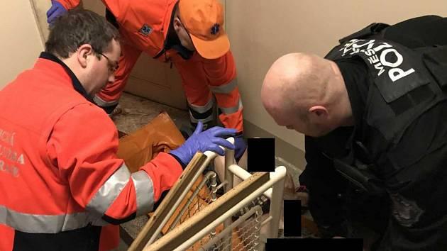 Strážníci poskytli seniorovi první pomoc.