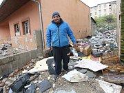 Lukáš Kmetz ze sdružení Amare se brodí odpadem v jedné z předlických ulic. Právě zde je jedno z ohnisek epidemie. Zdejší lidé však na očkování mít nikdy nebudou.