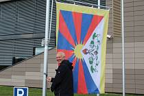 Nad ústeckou univerzitou zavlála tibetská vlajka.