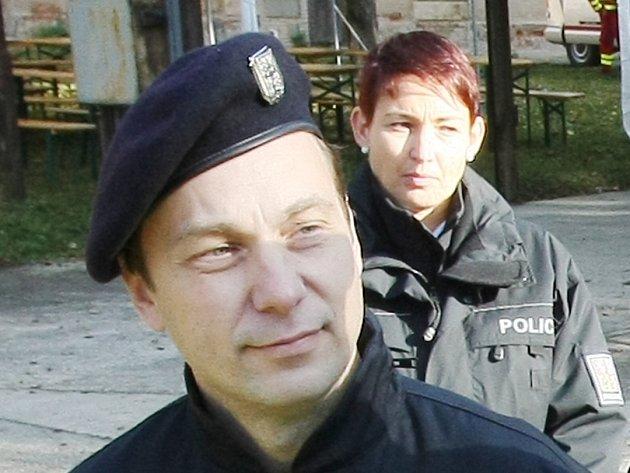 Policista si prostřelil hlavu, mrtvá je i jeho manželka.