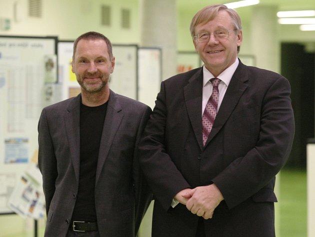 René Wokoun (na snímku vpravo) a děkan Fakulty umění a designu UJEP Michal Koleček (vlevo).