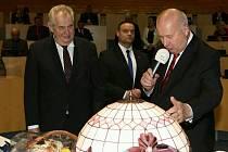 Prezident Miloš Zeman převzal dary.