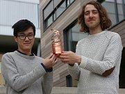 Na zhruba 25 centimetrů vysokou trofej z poměděné oceli, která představuje ostnatý drát, je dvojice studentů designu z ústecké univerzity Erik Bartoš a Huy Pham pyšná.