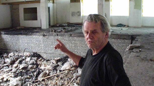 Václav Váňa ze Střekova u zničeného bazénu v lázních