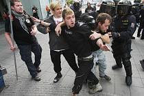 Pochod radikálů na Střekově, proti nim anarchisté a policie.
