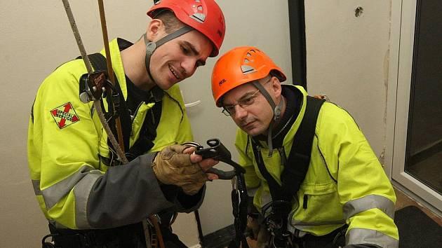 Pod dohledem lezeckého specialisty jsem měl možnost vyzkoušet si pohyb do výšky asi čtyř metrů.