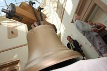 Trojice zvonů se do věže kostela sv. Floriána v Krásném Březně vrátí v říjnu.