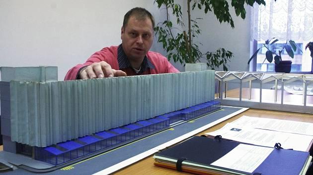 Původní model pasáže u obchodního domu Labe s kompletní stavební dokumentací podle ředitele Petra Chmátala přišla na víc než půl milionu korun. Přesto nakonec 7. obchodní společnost ke stavbě na nátlak města a investora Fora nepřistoupila.
