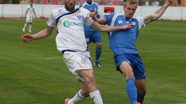 Fotbalisté Ústí (bílé dresy) se doma proti Vlašimi dlouho střelecky trápili.