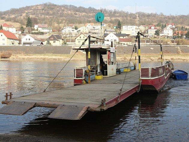 Opravený přívoz ve Velkém Březně už zase převáží cestující.
