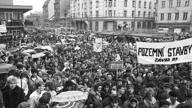 Organizátoři oslav sametové revoluce pátrají po starých fotografiích