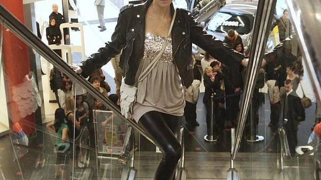 Miss sympatie ČR 2002 Lenka Taussigová Kocmanová, vtípky a moderování hvězdy Ordinace v Růžové zahradě Petra Rychlého. Samozřejmě také módní oblečení a doplňky. Tak vypadala nedělní odpolední show v Obchodním centru Forum.