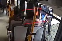 Policie pátrá po dvou mužích v souvislosti s poškozením autobusu v Ústí nad Labem