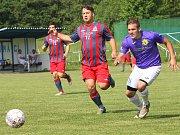 Fotbalisté Přestanova (v bílofialovém) si v domácím prostředí vyšlápli v derby na Chabařovice, které porazili 4:1.