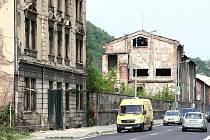"""Příjezd do Ústí nad Labem je opravdu """"krásný"""". Řidič přijíždějící od Prahy po Pražské ulici dostane šok ze zbořených domů. Těžko se pak vysvěltuje, že ty tady nezbyly po bombardování z II. světové války."""