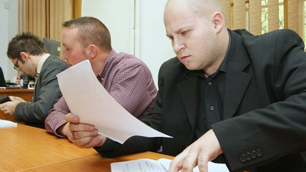 Soud s Janem Dufkem a Petrem Nikolukem.