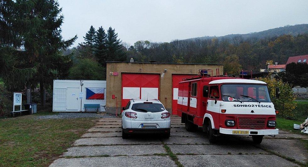Božtěšická hasičárna zažívá coby volební místnost premiéru.