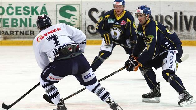 Ústečtí hokejisté (modří) doma porazili Benátky 5:2.