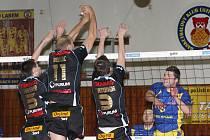 Ústečtí volejbalisté (modro-žlutí) doma porazili ČZU Praha hladce 3:0 a postoupili do čtvrtfinále extraligy.