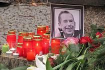Na Václava Havla důstojně vzpomínali v kostele, parku i jinde stovky Ústečanů.