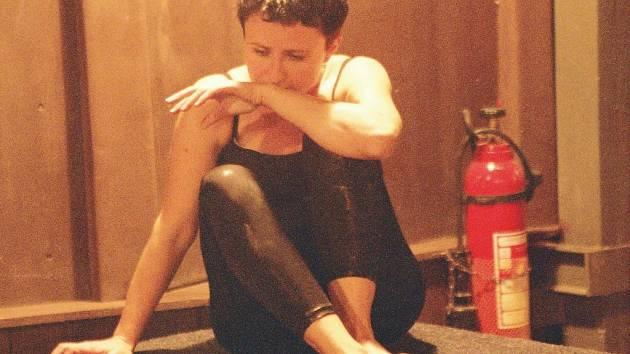 Přímo pod točnou v Městském divadle Most hraje Veronika Valešová současné drama o drogách.