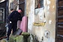 Policista Zdeněk Věrno kontroluje zazimovanou chatu. V případě nezajištěného majetku by policisté vyrozuměli majitele, aby si ho lépe zabezpečil.