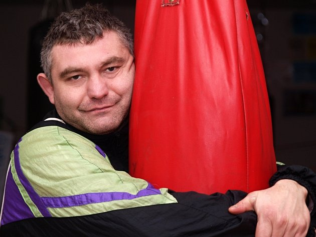 Roman Rusňák učí boxovat mladé kluky.